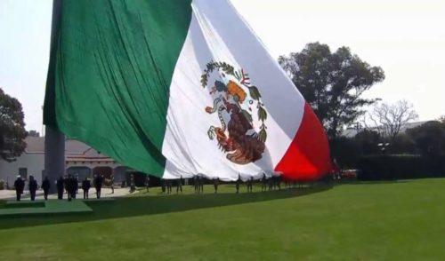 La Bandera da identidad, no importa si está al revés: EPN