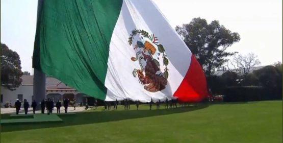 Celebra EPN a la Bandera… con escudo al revés