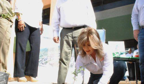 Lleva Presidenta Municipal reforestación a la UTH