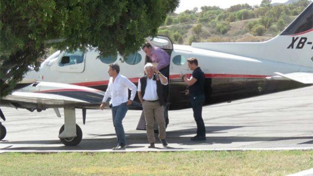 Captan a López Obrador en avioneta privada