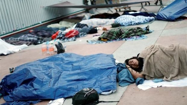 Duerme Caravana del migrante afuera de garita en Tijuana