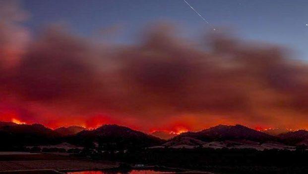 Arrasa incendio con 30 mil hectáreas en California