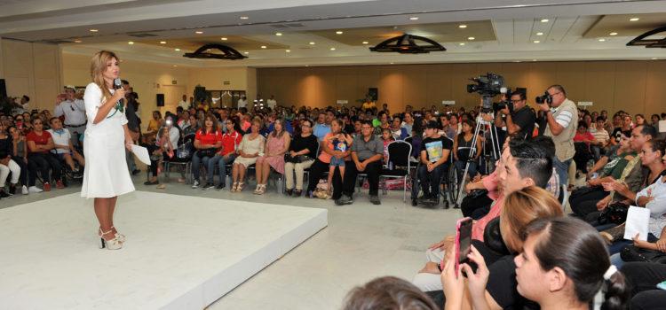 Entrega Gobernadora Pavlovich becas a niñas y niños con discapacidad