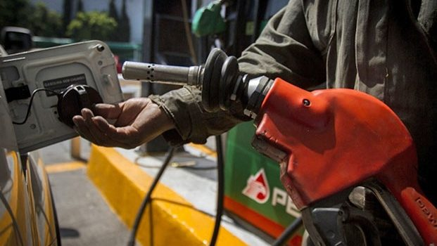 Precios de gasolina suben en México y bajan en EU