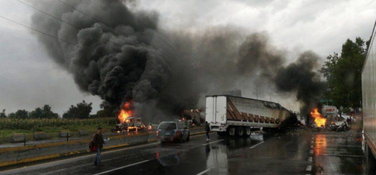 Se enfrentan huachicoleros y soldados en la autopista México-Puebla