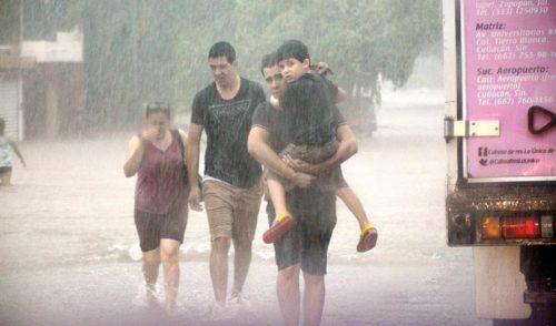 Rescata ejército a miles de personas afectadas por inundaciones en Sinaloa y Sonora