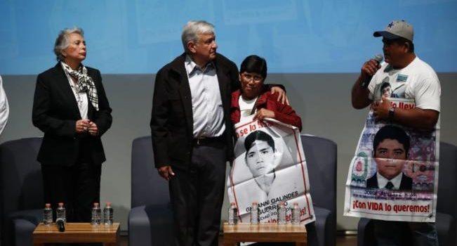 Se compromete AMLO a crear comisión por caso Ayotzinapa