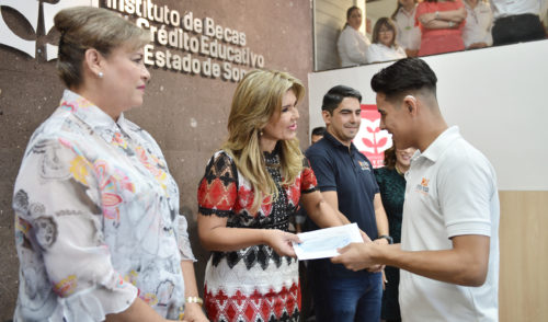 Apoya Gobernadora con becas a estudiantes con discapacidad auditiva