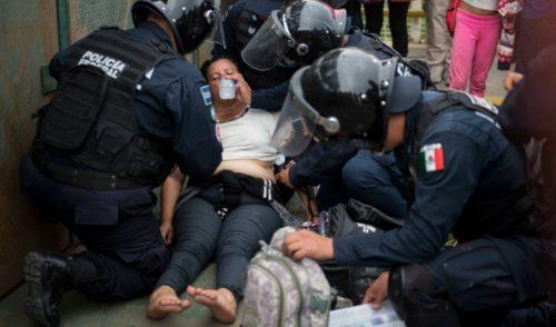 No todo es sangre y golpes, policías federales ayudan a migrantes