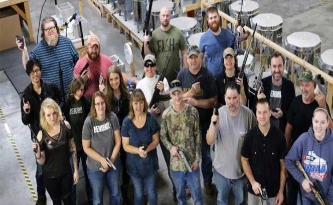 Compañía estadunidense regala pistolas como bonos de Navidad