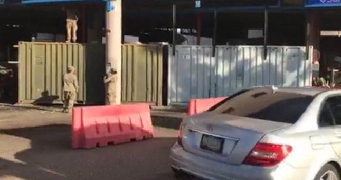 Militares estadunidenses ponen vallas metálicas en la garita de Nogales