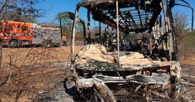 Al menos 42 muertos tras incendiarse autobús en Zimbabue