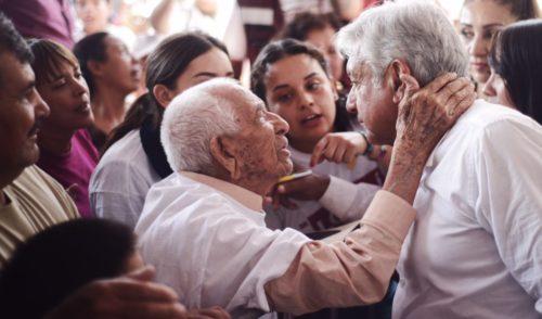 AMLO anuncia que pensión de adultos mayores comenzará en enero