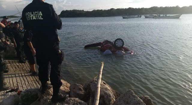 Rescatan a cuatro dentro de auto que cayó al mar en Yucatán