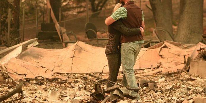 Incendio forestal en California desaparece a poblado del mapa