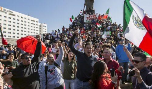 Un grupo protesta contra migrantes en Tijuana; se enfrentan con policías al tratar de avanzar hacia un albergue