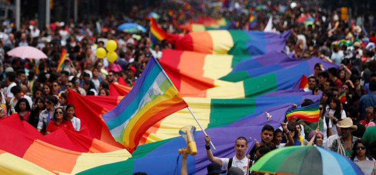 Aprueba Senado mismos derechos en IMSS e ISSSTE a parejas gay