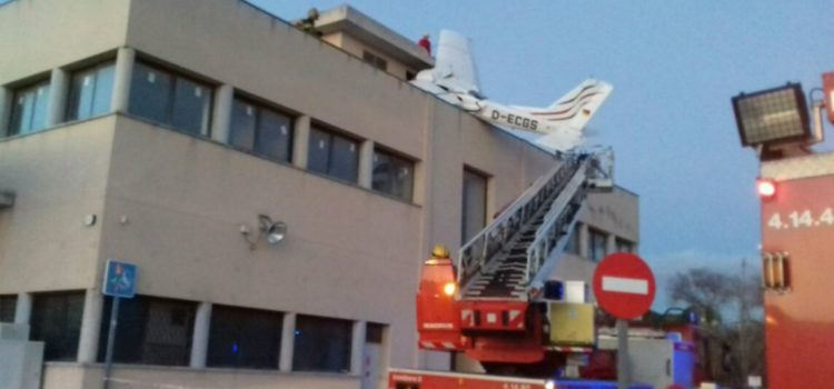 Dos muertos tras la caída de una avioneta sobre gasolinera en España