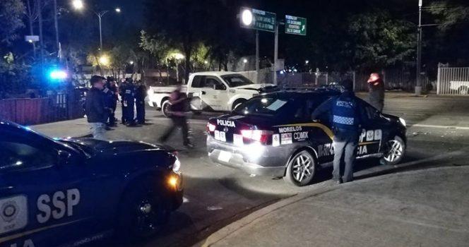 Camioneta de valores va en sentido contrario y atropella a policías