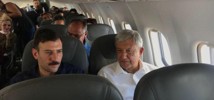 AMLO toma su primer vuelo comercial como Presidente