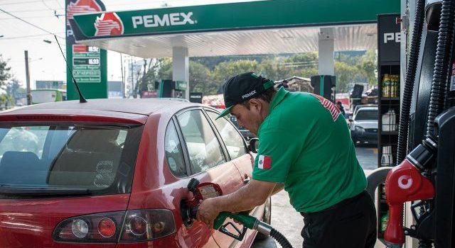 Consumidores de combustible robado regresan a gasolineras tras cierre de ductos