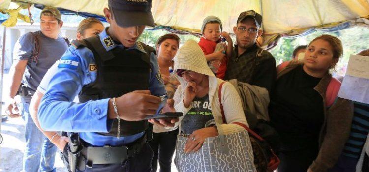 Impiden salir de Honduras a 354 migrantes en caravana con rumbo a EU