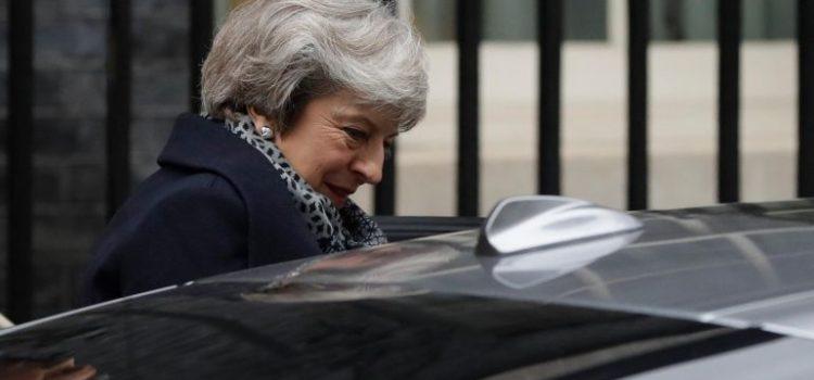 Gobierno británico enfrenta moción de censura tras votación