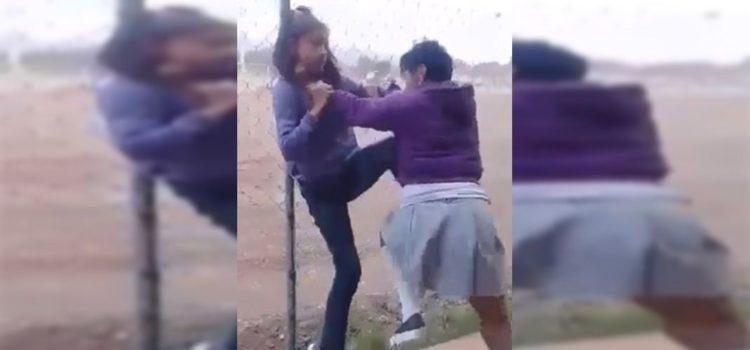 Dos estudiantes de secundaria se enfrentan con cuchillos