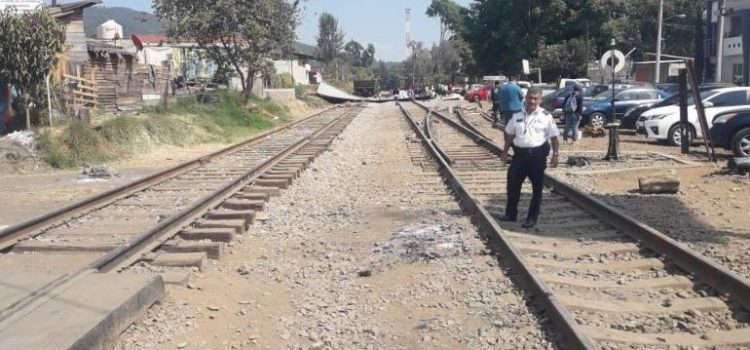 Libera CNTE vías del tren en Uruapan