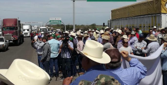 Agropecuarios sonorenses se manifiestan en la frontera con Sinaloa