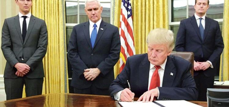 Donald Trump firmó el primer veto de su presidencia para financiar el muro con México