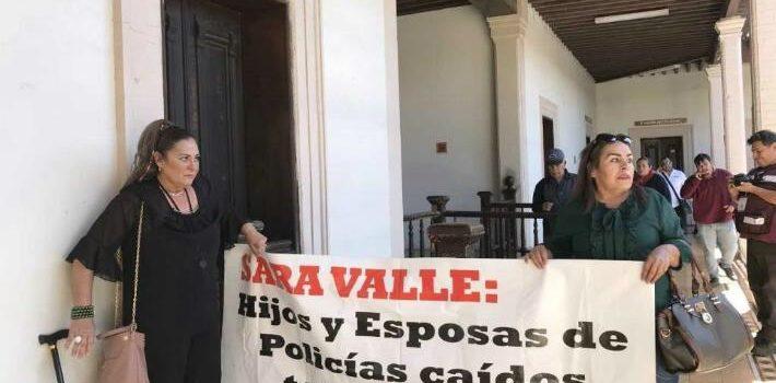 Viudas de policías asesinados cierran Palacio Municipal de Guaymas