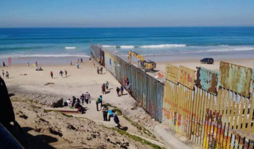 Refuerzan muro metálico en la frontera de Tijuana
