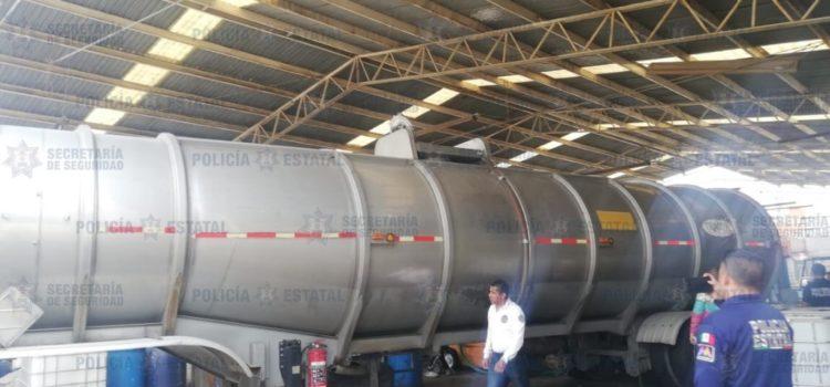 Aseguran en Ecatepec bodega y vehículos para huachicoleo