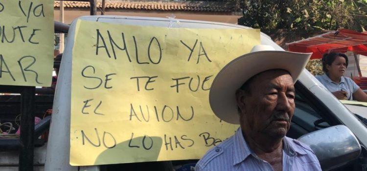 """""""Este ganso no cumple"""", reprochan manifestantes a AMLO en Michoacán"""