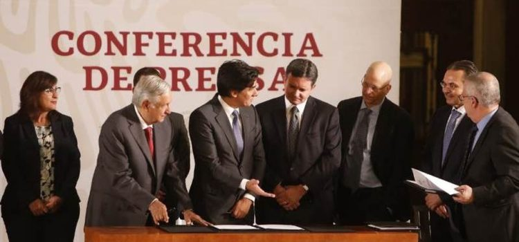 AMLO firma acuerdo con 3 bancos para impulsar finanzas de Pemex