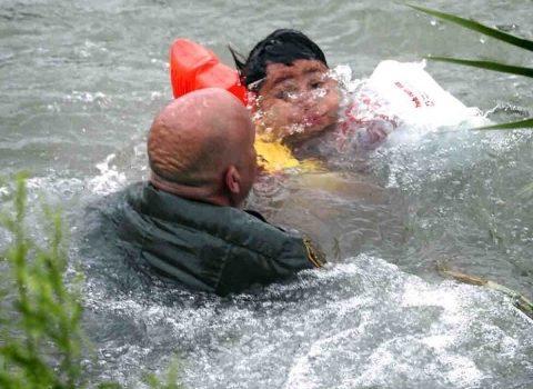Migrantes hondureños casi mueren ahogados en Río Bravo