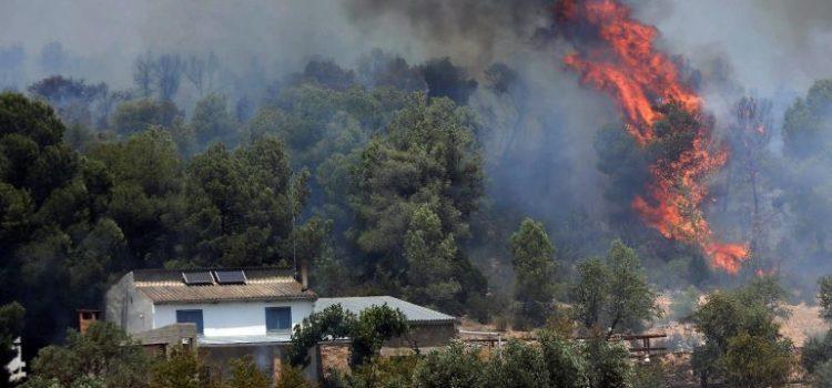 Descontrolado incendio forestal agrava la ola de calor en España