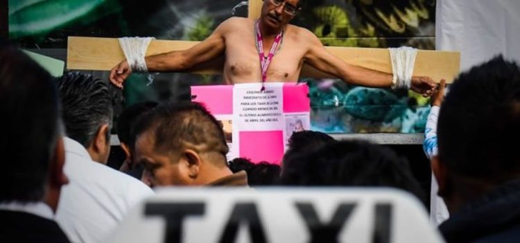 Taxistas se 'crucifican' en protesta contra Uber y Cabify