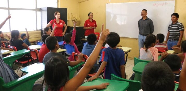 Aprenden a leer y escribir niños Triquis y Mixtecos con ayuda del Voluntariado del Isssteson